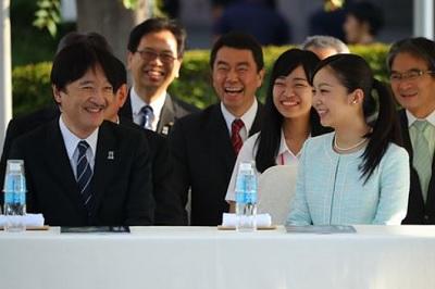 「第41回全国高校総合文化祭」のパレードを見学される秋篠宮さまと佳子さま=31日午後、仙台市