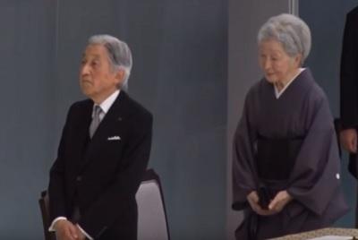 2017戦没者追悼式典その2立ち上がり標柱に一礼するはずが・・・天皇皇后