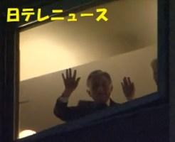 ホテルから手を振られる天皇陛下