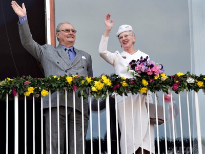 デンマーク・オーフスにある市庁舎のバルコニーから手を振る、女王マルグレーテ2世(右)と夫のヘンリック殿下(2015年4月8日撮影)。(c)AFP/SCANPIX DENMARK/HENNING BAGGER