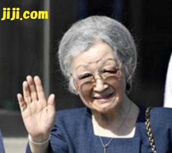 埼玉県深谷市の「渋沢栄一記念館」に到着し、集まった人たちに手を振られる皇后