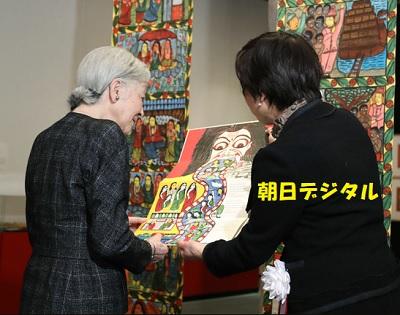 「世界を変える美しい本」展を鑑賞する皇后さま=22日、東京都板橋区、代表撮影