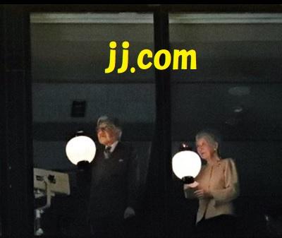 滞在先のホテルで提灯を振られる天皇皇后