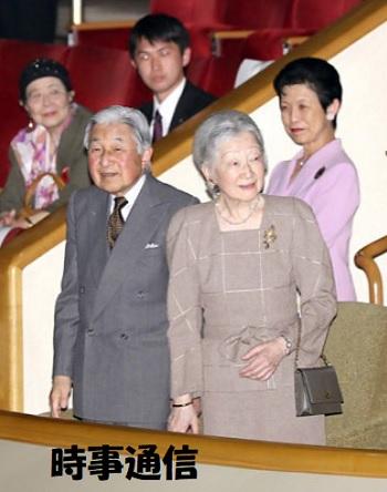 スズキ・メソードグランドコンサートの会場に到着された天皇、皇后両陛下と高円宮妃久子さま