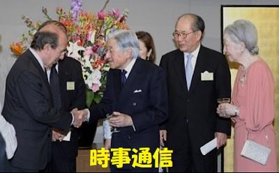 駐日スペイン大使と握手される天皇陛下