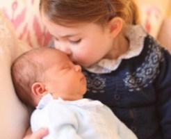 ルイ王子にキスをするシャロット王女キャサリン妃撮影
