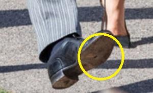 穴のあいた靴w履いていたヘンリー王子