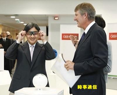 グルノーブルの最先端研究拠点(GIANT)を訪れ、眼鏡型のウエアラブル端末を試される皇太子さま