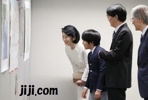 「国際地図学会議」に出席された秋篠宮ご夫妻と共に展示物を見学する悠仁さま