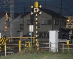 犬の散歩中だった男性がはねられた名鉄名古屋線の踏切=25日午後7時35分ごろ、岐阜市
