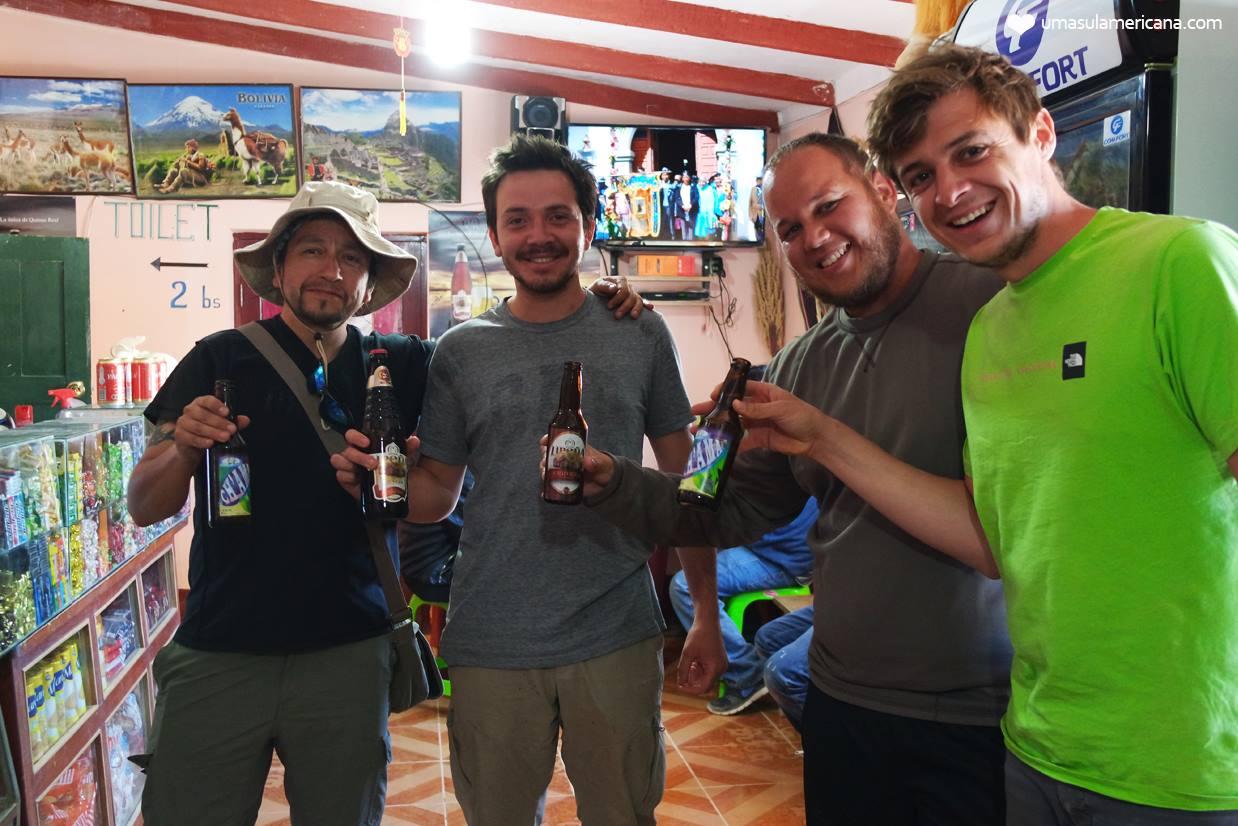 Provando as cervejas da Bolívia