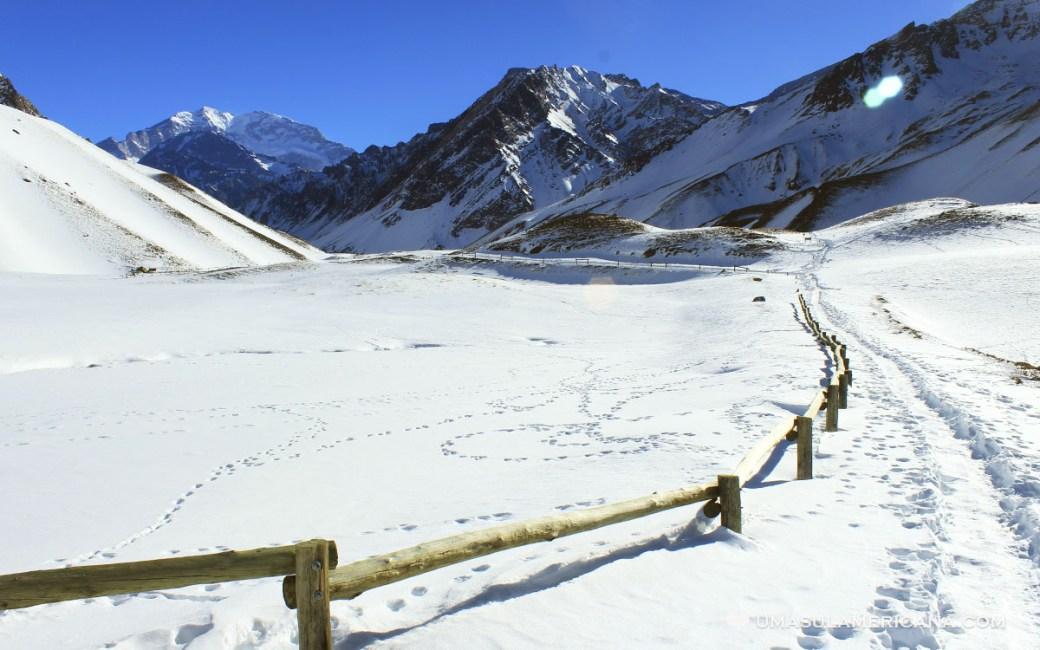 Laguna Espejo congelada e cheia de neve no Parque Aconcágua