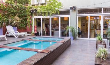 onde ficar em Buenos Aires - piscina do Circus Hostel