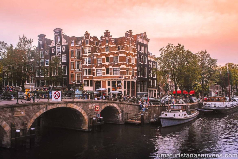 Esquina da Papiersmolenluis e Lekkeresluis no bairro Jordaan em Amsterdam