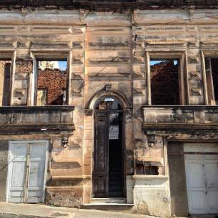 Uma casa abandonada próximo à Costanera