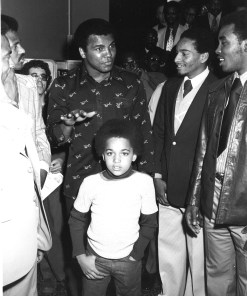 Ali with players John Lucas (left) and Mo Howard