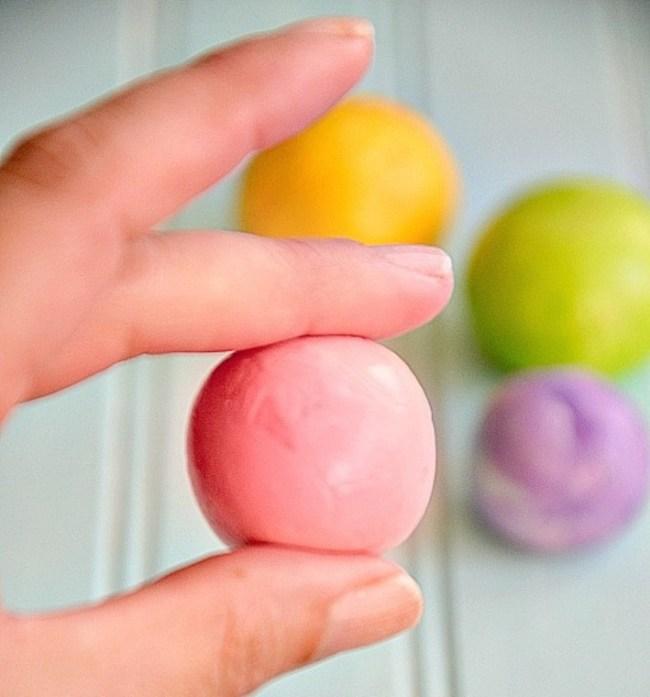 um-doce-dia-fazendo-bolas-de-borracha-com-as-criancas-06