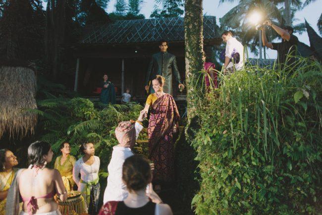 um-doce-dia-casamento-em-bali-indonesia-banyan-08