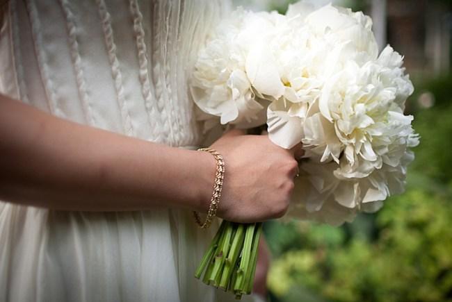 um-doce-dia-casamento-em-casa-peonias-e-um-toque-azul-07