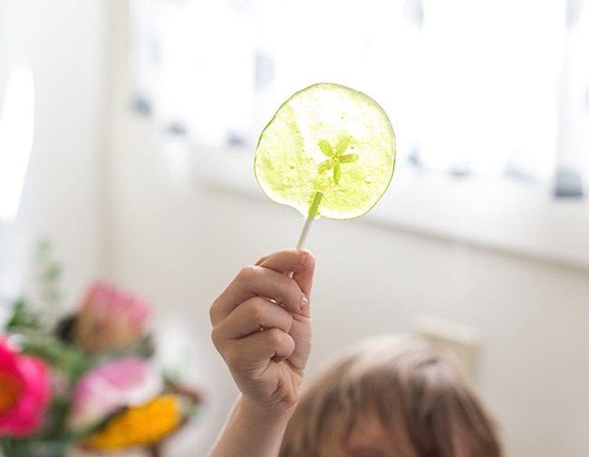 um-doce-dia-para-fazer-com-as-criancas-pirulitos-floridos-06