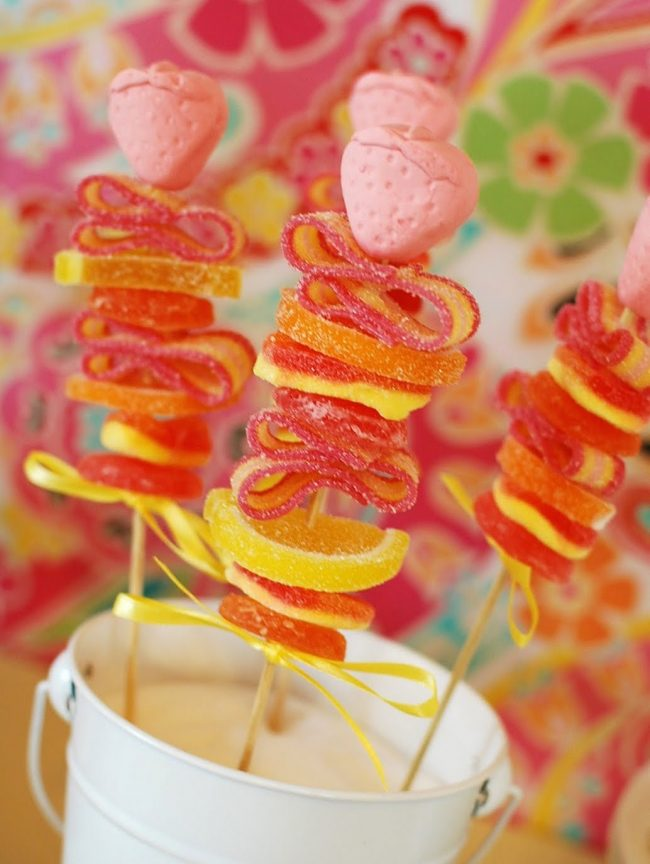 um-doce-dia-festa-aniversario-aloha-verao-diy-espetinho-de-doce-01