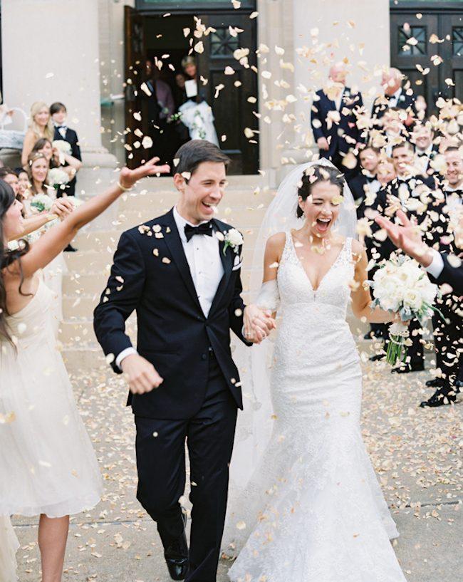 um-doce-dia-casamento-era-uma-vez-o-arroz-fotografia-brett-heidebrecht-chuva-de-petalas-02