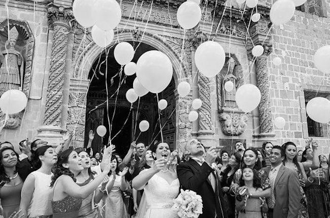 um-doce-dia-casamento-era-uma-vez-o-arroz-fotografia-engelbert-romero-chuva-de-baloes-01