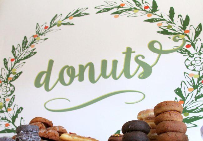 um-doce-dia-mesa-de-sobremesas-donuts-08