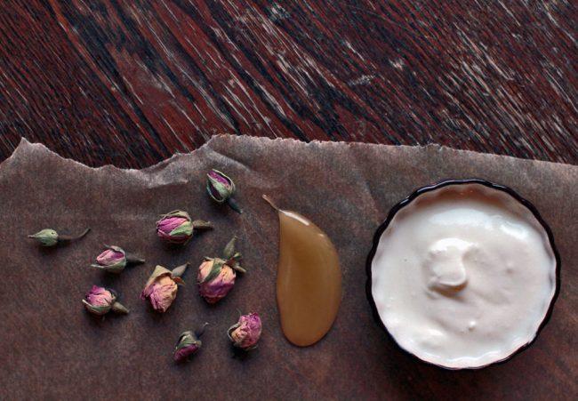 um-doce-dia-diy-mascara-de-rosas-com-iogurte-e-mel-02