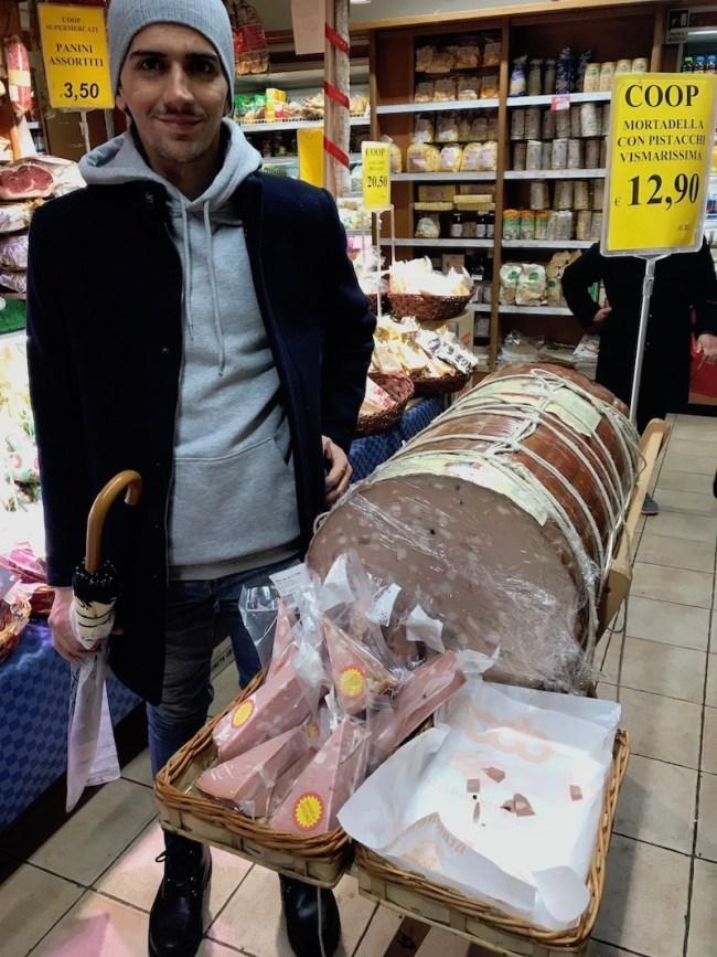 """Pequena"" mortadella no mercado de Roma."