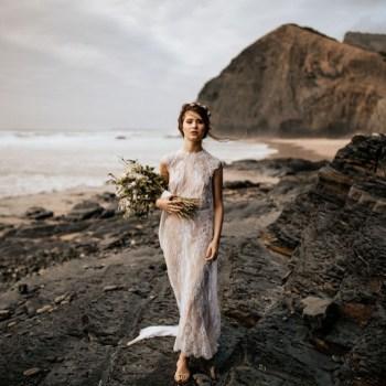 Noiva andando sobre rochas na praia