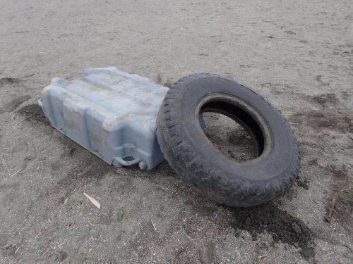 タイヤと謎の物体