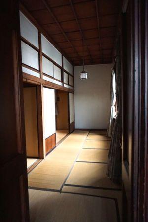 ドアを開けたら畳張りの廊下???
