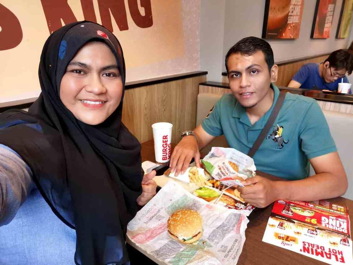 anniversary ke 10 tahun makan burger
