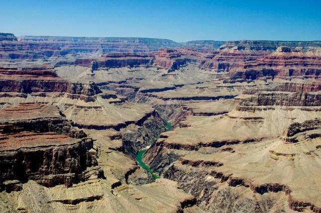 O Rio Colorado rasgando a rocha para cortar o Canyon.