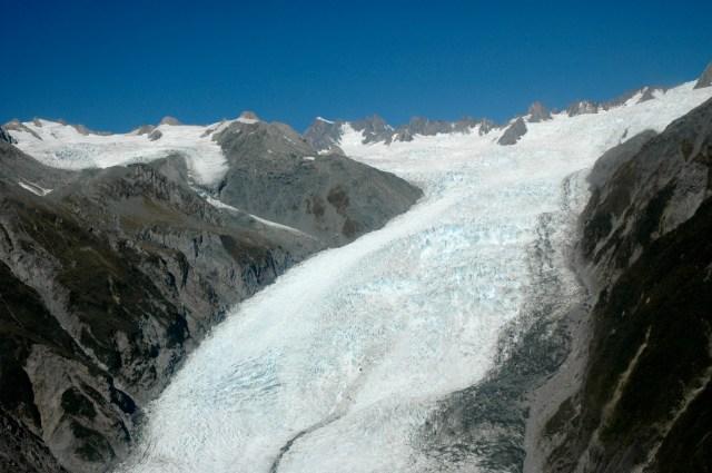 O gelo cava vales profundos nas montanhas