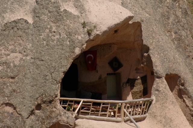 Varanda de hotel escavado na rocha