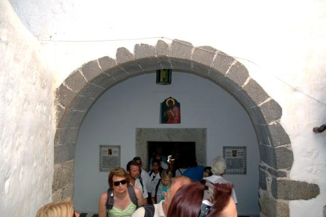 A entrada da Santa caverna do Apocalipse