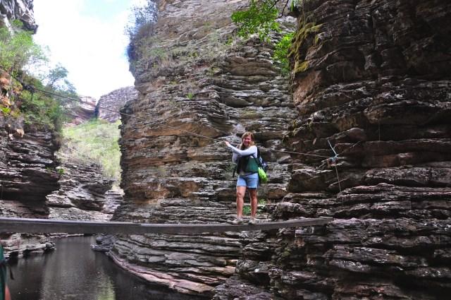 A ponte improvisada atravessa o canyon do Buracão.
