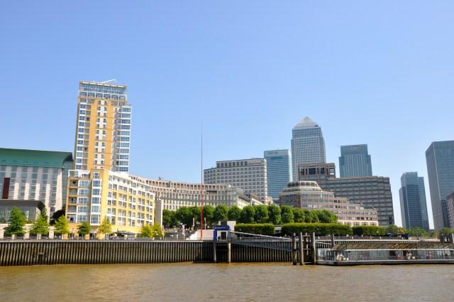 Prédios modernos nos subúrbios de Londres.
