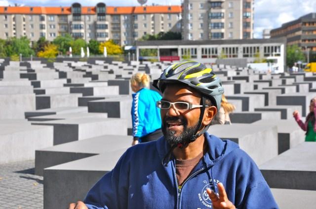 O nosso guia em frente ao Monumento ao Holocausto de Berlim.