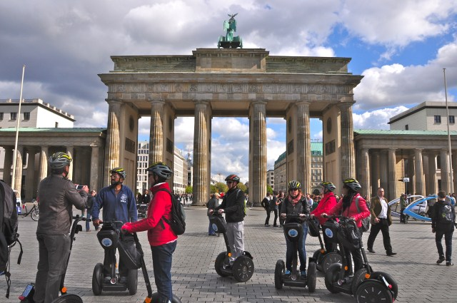O grupo do Segway atrás do Portão de Brandemburgo
