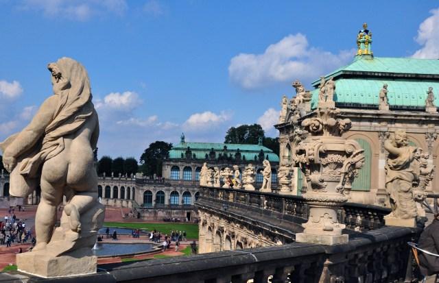 Figuras alegóricas emolduram as balaustradas do Zwinger