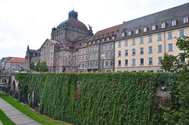 Fossos e muros cercam a cidade de Nuremberg.
