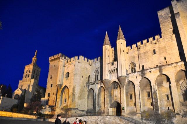 O Palácio dos Papas à noite.