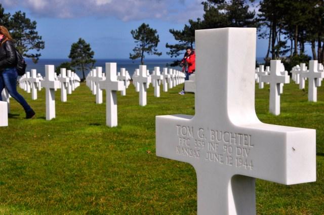 As cruzes são identificadas com os nomes dos soldados mortos.