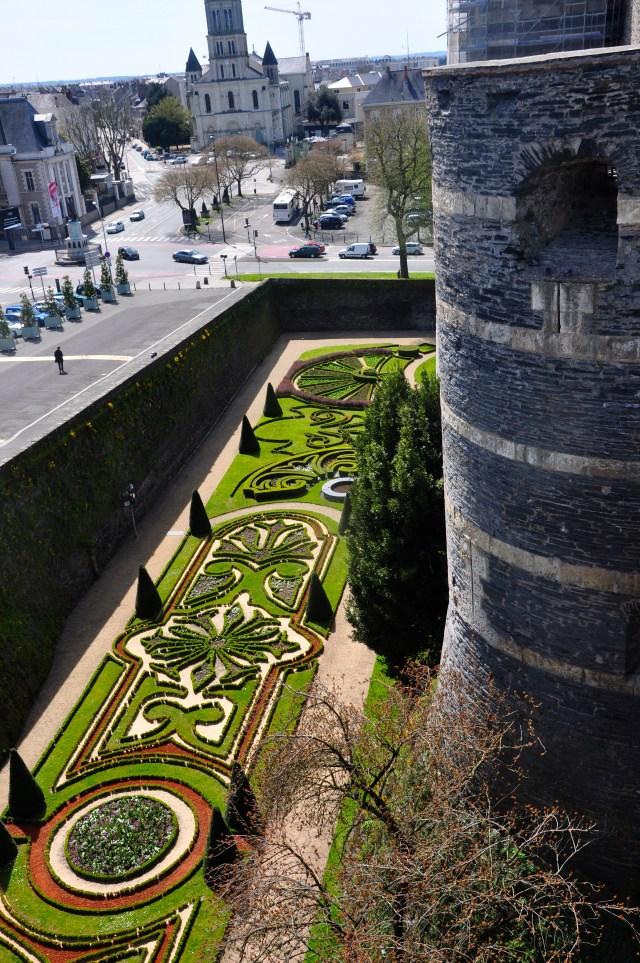 Os jardins medievais no interior dos fossos