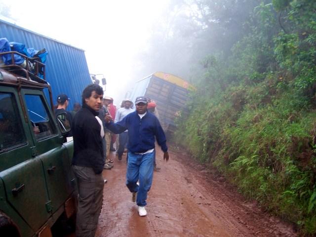 Os caminhões tombados na beira da estrada.
