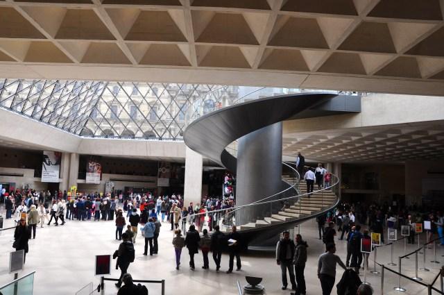A entrada principal do Museu do Louvre