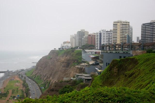 O Shopping Larcomar encravado na falésia de Miraflores.